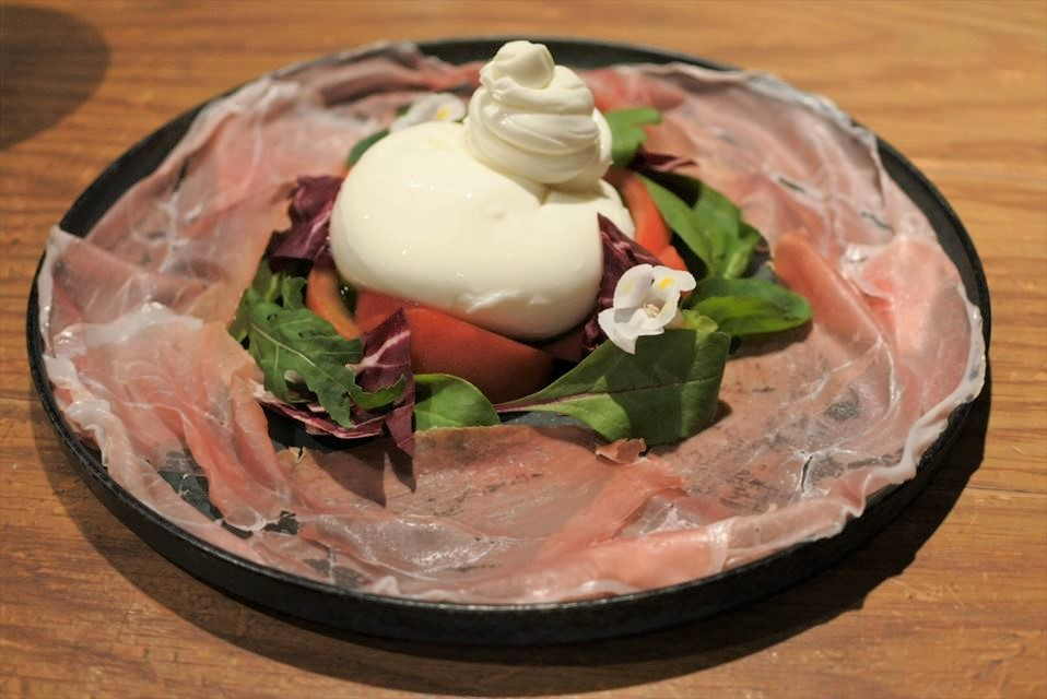 数量限定!イタリア人職人監修北海道産ブッラータチーズのカプレーゼ ~切りたての生ハムと有機オリーブオイル~