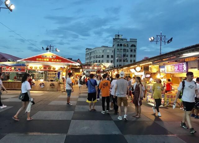 歩行者天国の広い夜市