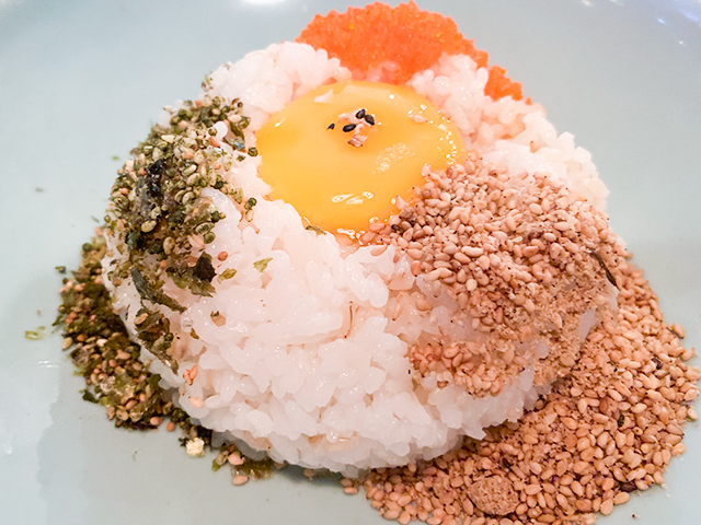 このご飯に海老を載せます