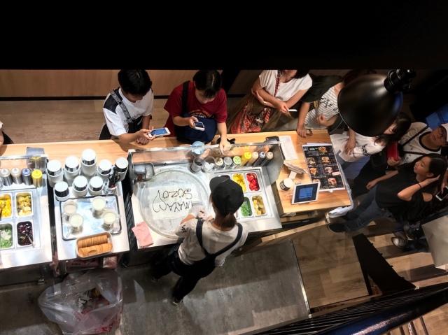 マンハッタンロールアイスクリーム作業風景