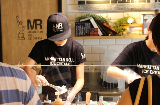 マンハッタンロールアイスクリーム作業風景3