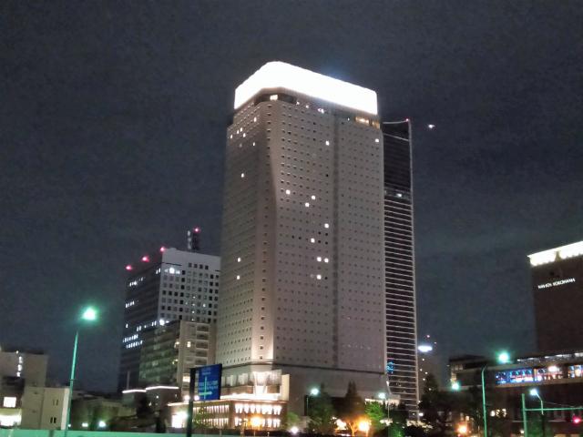 アパホテル&リゾート横浜ベイタワー夜外観