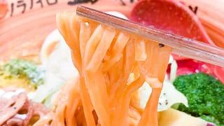 麺にはパプリカが練りこまれてます!