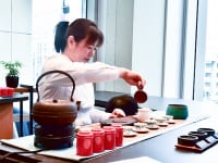 茶師が目の前で台湾茶を淹れてくれる