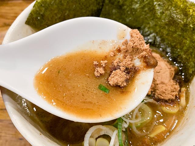 スープは鶏白湯と魚介のWスープで濃厚!