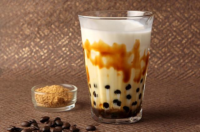 新作の大人テイストドリンク!「沖縄産黒糖のタピオカミルクコーヒー」