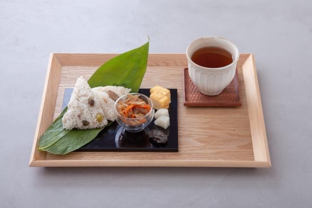 笹巻きおこわ(松茸とはも/鶏そぼろと山の幸)ほうじ茶セット