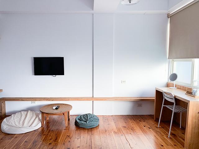 テレビとローテーブル。そして椅子とテーブルもあります