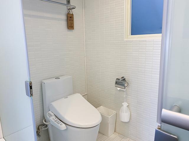 トイレとシャワーは別ではありませんが、濡れないようになっています