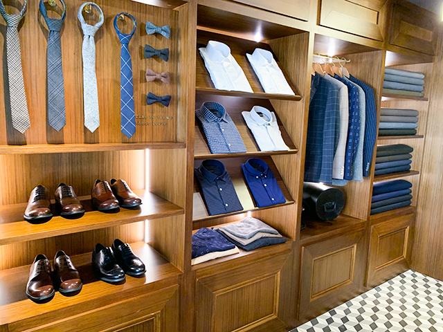 スーツやネクタイ、靴などが…
