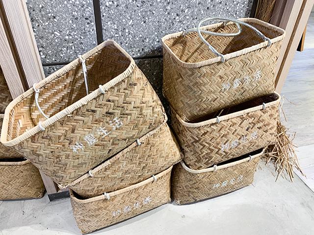 このかごバッグを使って買い物を