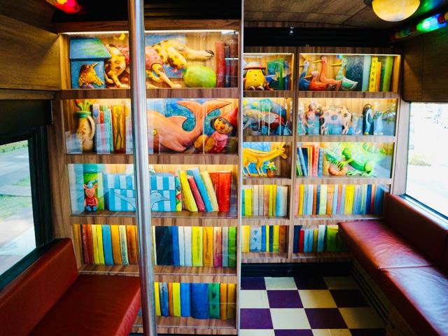 カラフルな本棚