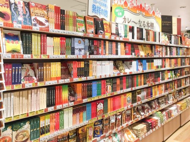 レトルトカレーが並ぶ本棚「カレーなる本棚(R)」からベストカレーを決定!