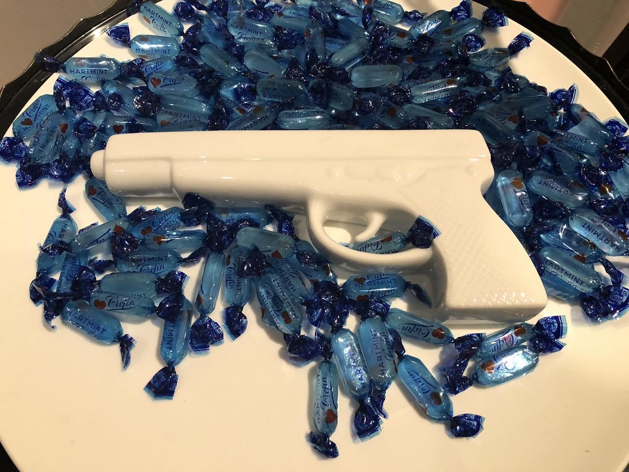 青色のキャンディに白いピストル