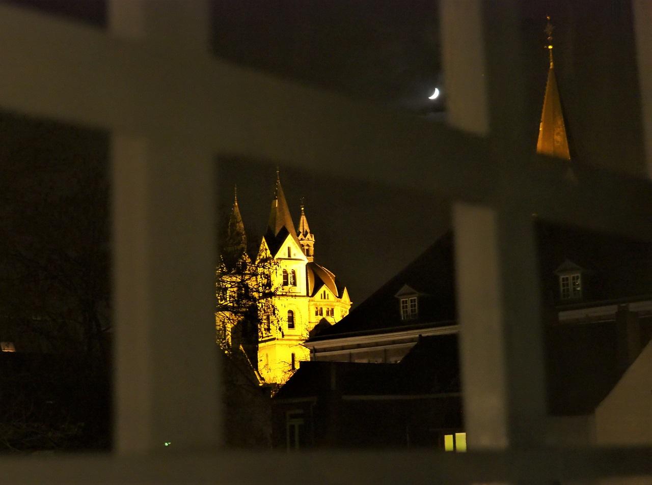 鉄格子から望む教会の灯り