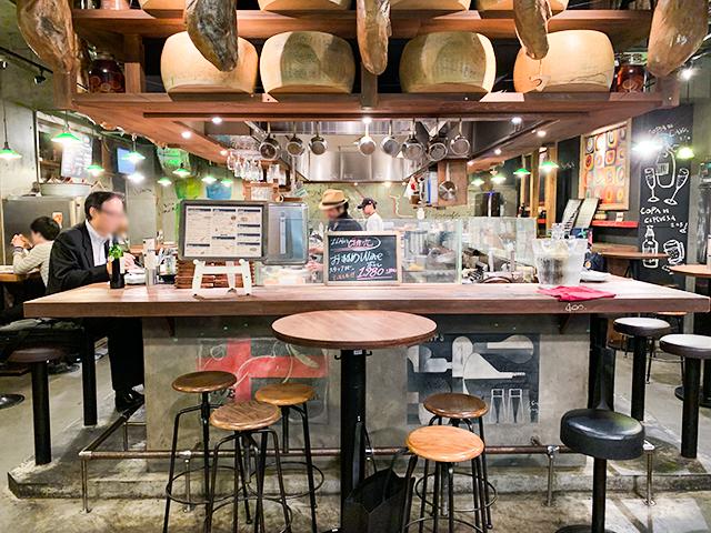 お店の中央にはオープンキッチン