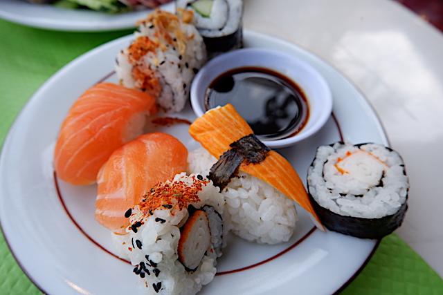 ネタはカニカマ。かなり衝撃的な握り寿司