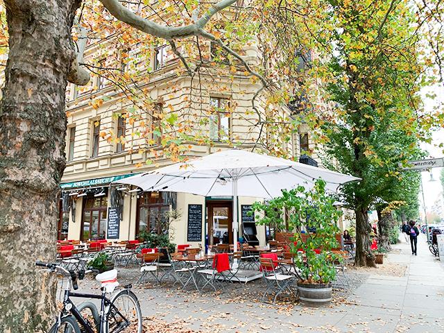 「Sowohl Als Auch」は木々に囲まれたカフェです