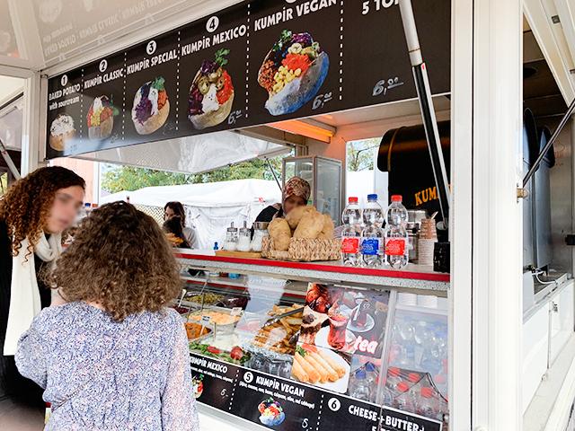 食べ物の屋台も豊富!トルコのベイクドポテトのお店