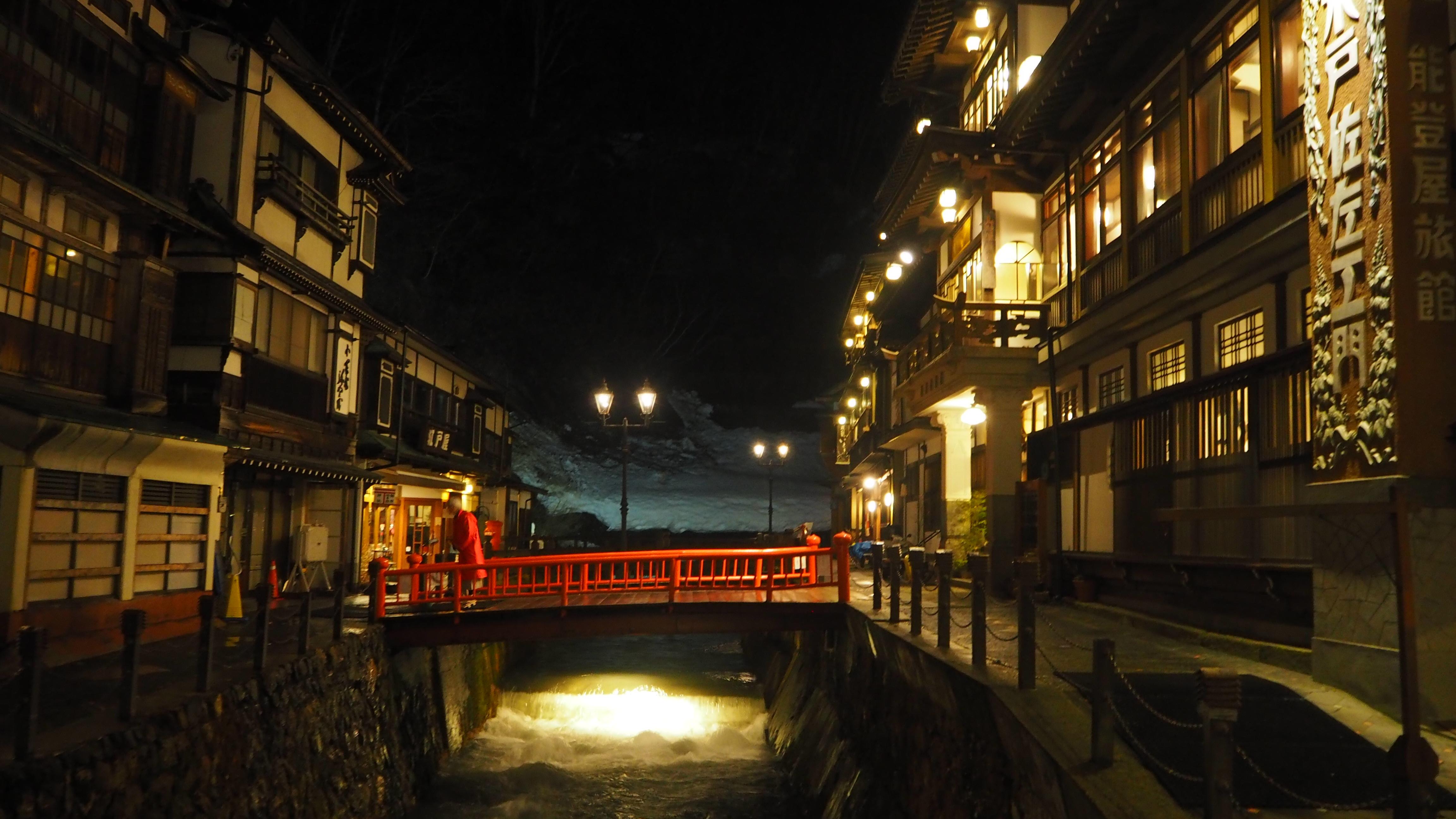 温泉街夜景