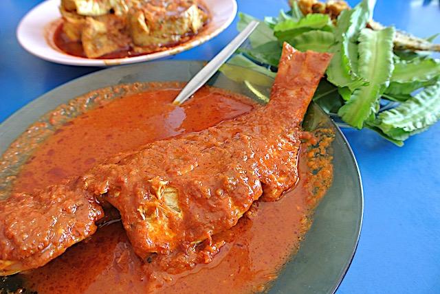 マレーシアの魚料理。ほぐした魚の身と、辛いスープをご飯にかけていただきます