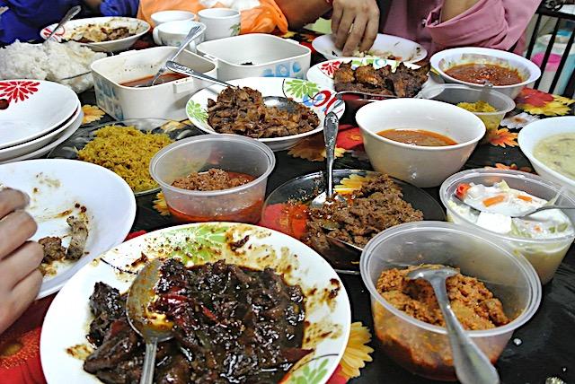 マレーの友人一家と、田舎町に住む親戚宅を訪れたときの食事風景