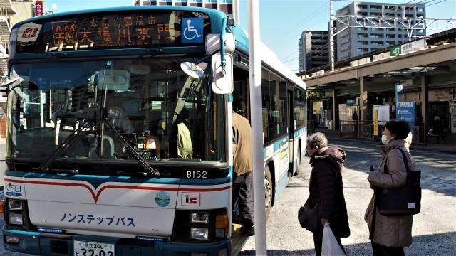 バスで向かう