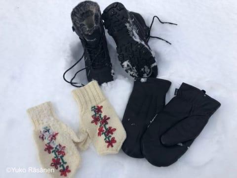 ミトンの手袋とスパイク付きブーツ