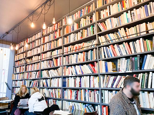 本が並ぶカフェ内は圧巻です