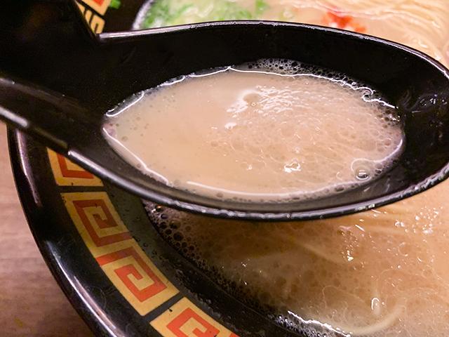臭みのないクリーミーなとんこつスープ