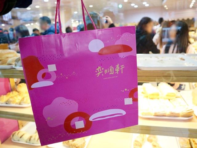 鮮やかなピンクの紙袋がかわいい