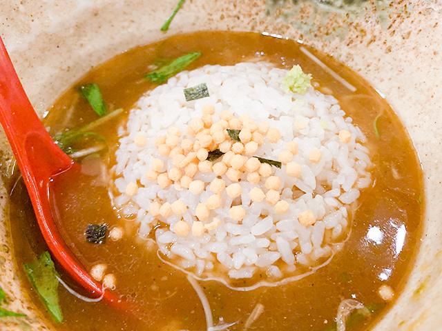 締めには残ったスープに白飯を入れてお茶漬けに