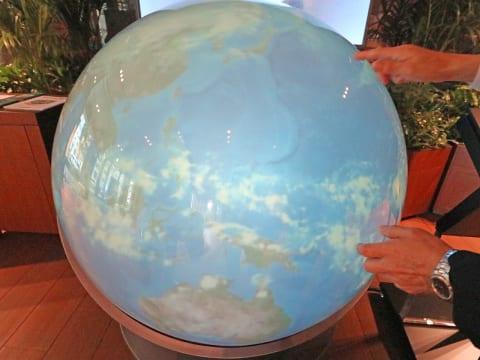 三井住友銀行東館1階ロビーのデジタル地球儀「触れる地球」。