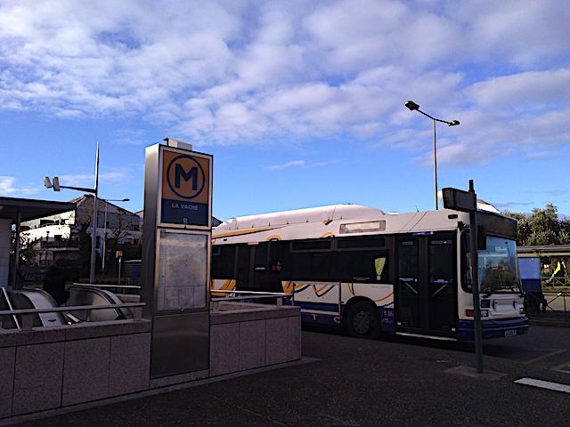 メトロの駅とバス乗り場は近いことが多く、乗り換えが分かりやすい