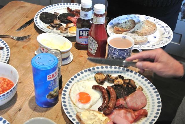 日本とはまるで異なる元旦の朝食風景。イギリス南東部のオックスフォードシャーの友人宅にて