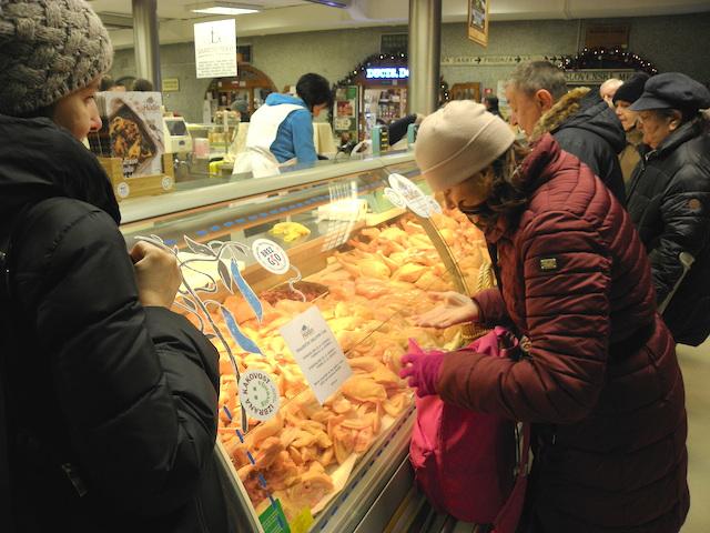 デパ地下的市場の鶏肉屋