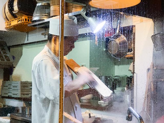 刀削麺は職人さんの手作業で作られます