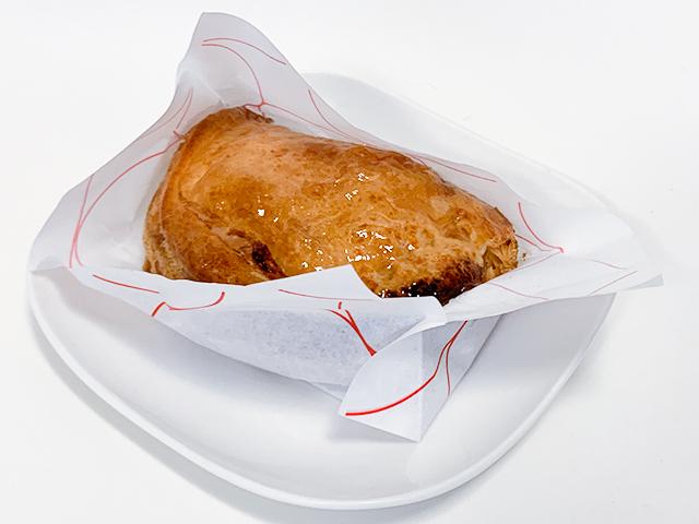 カスタードアップルパイは、こんな風に紙に包まれています