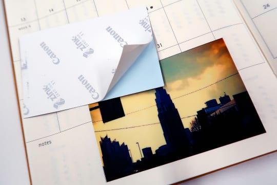裏面がシールになっているので手帳などに思い出を貼って残せる。