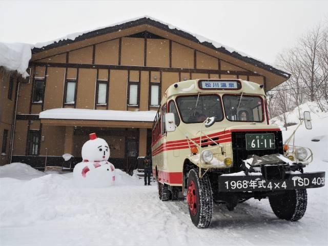 レトロバスと雪だるま
