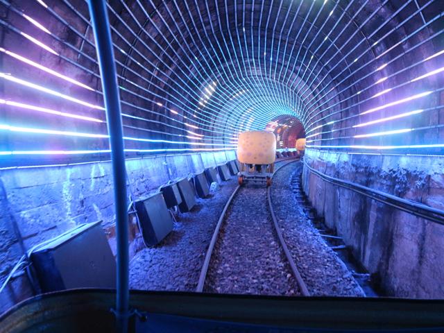 ライトアップされたトンネルも