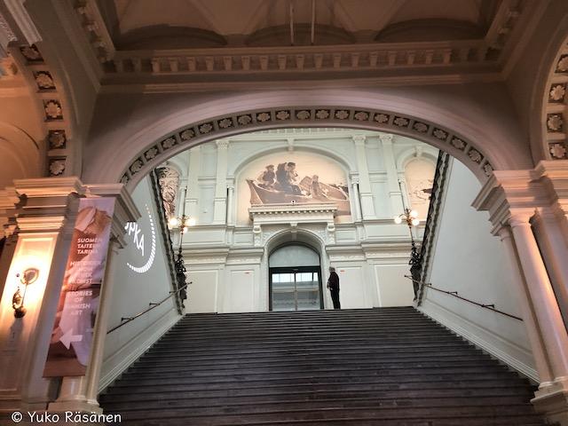 入ると大階段が広がる
