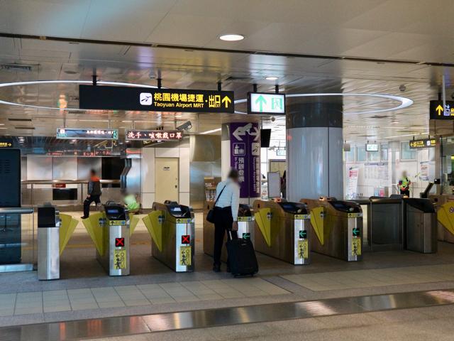 新北産業園區駅で桃園空港MRTへ乗り換え