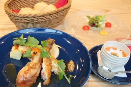 Brasserie Sawa名物「ロティサリーチキン」ランチ。