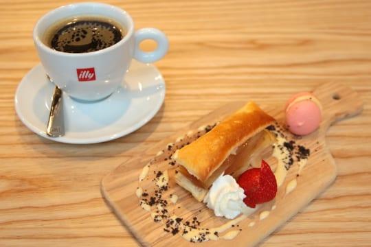 食後はランチデザートとコーヒー。