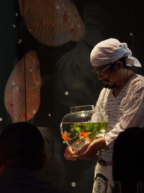 これが絵?! 世界中が魅せられた幽玄の美「金魚アート」