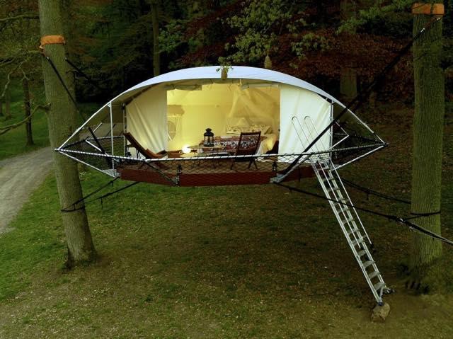 木の上に住める?テントから進化したツリーハウス