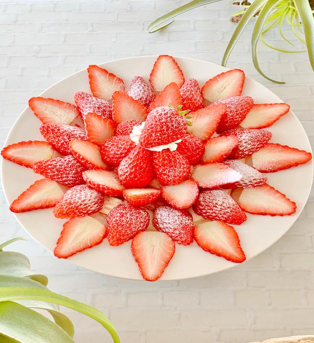 朝採りいちご1パック分をトッピング!1日10食限定「完熟いちごのプレートかき氷」