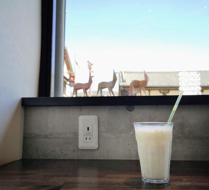 TEGAIMON CAFE 窓辺のバナナミルク