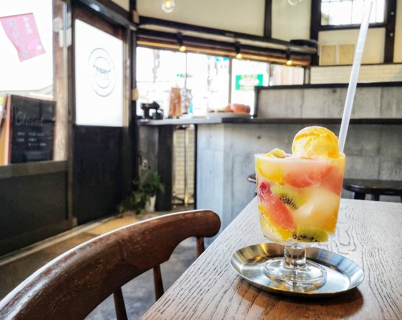 TEGAIMON CAFE 店内とフルーツポンチ